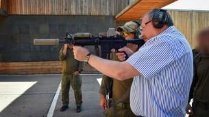 وزير الدفاع أفيغدور ليبرمان خلال زيارة لقاعدة وحدة 'يمام'  لمكافحة الإرهاب، 4 أبريل، 2017. (Ariel Hermoni/Defense Ministry)