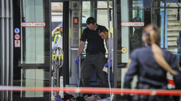 الشرطة تجمع الادلة في ساحة هجوم طعن في القطار الخفيف في القدس، 14 ابريل 2017 (Yonatan Sindel/FLASH90)