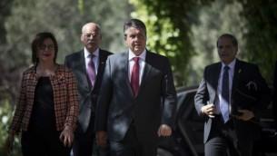 وزير الخارجية الألماني زيغمار غابرييل يصل إلى لقاء مع رئيس الدولة رؤوفين ريفلين في مقر إقامة رئيس الدولة في القدس، 25 أبريل، 2017. (Yonatan Sindel/Flash90)