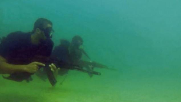 الكووماندوز البحري التابع لحركة حماس، كما يظهر في صورة من فيديو دعائي تم نشره من قبل الحركة خلال عملية 'الجرف الصامد' العسكرية الإسرائيلية، في صيف 2014. (Screen capture)