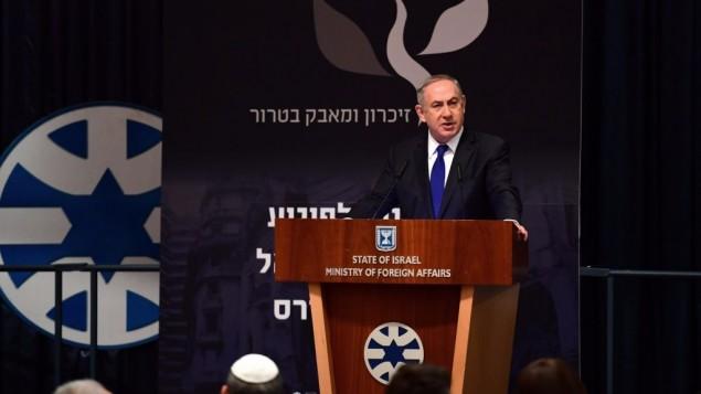 رئيس الوزراء بينيامين نتنياهو خلال كلمة في وزارة الخارجية في الذكرى ال25 لتفجير السفارة الإسرائيلية في بوينوس آيرس، 6 مارس، 2017. (Koby Gideon/PMO)