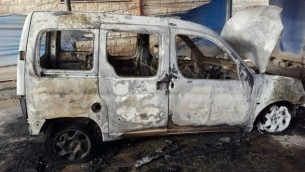 مركبة فلسطينية تم حرقها في قرية حوارة في الضفة الغربية، 26 أبريل، 2017. (Rabbis for Human Rights)