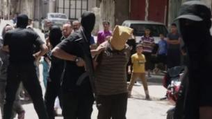 للتوضيح: مسلح تابع لحركة حماس يمسك ب'متعاون' مزعوم في غزة، لحظات قبل إطلاق النار على المشتبه به وإعدامه، 22 أغسطس، 2014.(screenshot: YouTube)