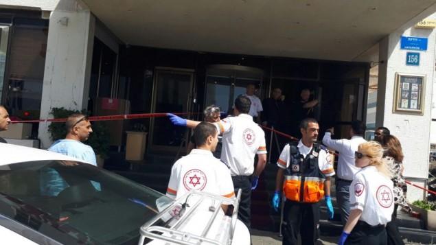 مسعفون من مؤسسة 'نجمة داوود الحمراء' يصلون إلى موقع هجوم طعن خارج فندق في تل أبيب، 23 أبريل، 2017.