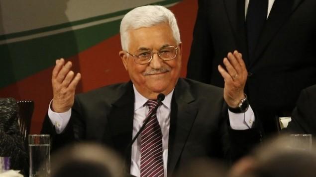 رئيس السلطة الفلسطينية محمود عباس بعد إلقائه لخطاب في اليوم الثاني من المؤتمر السابع لحركة فتح في مدينة رام الله بالضفة الغربية، 30 نوفمبر، 2016. (AFP/Abbas Momani)