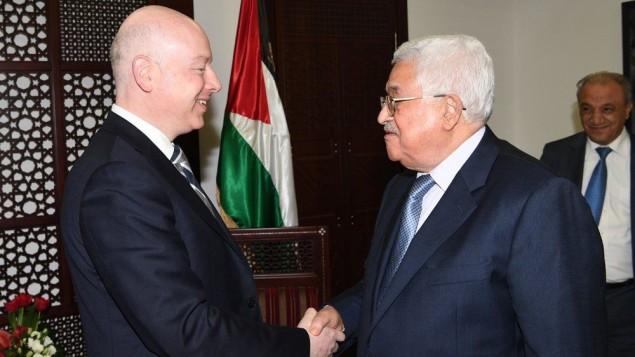 رئيس السلطة الفلسطينية محمود عباس (من اليمين) يلتقي بجيسون غرينبلات، مبعوث الرئيس الأمريكي دونالد ترامب الخاص للمحادثات الدولية، في مدينة رام الله في الضفة الغربية، 14 مارس، 2017. (WAFA)