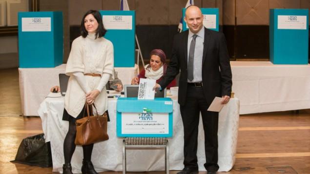 رئيس حزب البيت اليهودي نفتالي بينيت، وزوجته غيلات، يدلون باصواتهما خلال الانتخابات التمهيدية للحزب في القدس، 14 يناير 2014 (Yonatan Sindel/Flash90)