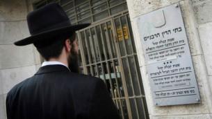 رجل يقف أمام المحكمة الحاخامية في القدس. (Miriam Alster/Flash90)