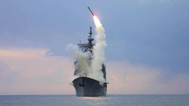 صورة توضيحية لصاروخ توماهوك ينطلق من مدمرة امريكية (Wikimedia Commons)