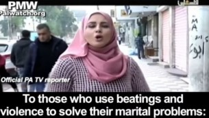 صورة من برنامج في التلفزيون الفلسطيني تم بثه في 1 أبريل، 2017، يدعو الرجل إذا 'اضطر' إلى ضرب زوجته القيام بذلك بحسب الأصول في الدين. (screen capture: YouTube)