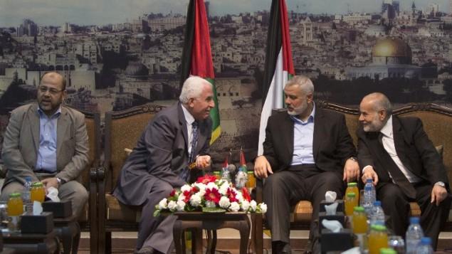 مسؤولون في حماس وفتح يناقشون جهود المصالحة في غزة، الثلاثاء، 22 أبريل، 2014. (AFP/Mahmud Hams)