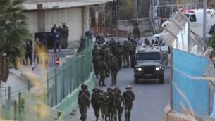 من الأرشيف: قوات إسرائيلية تحتشد في موقع تعرض فيه إسرائيلي للطعن بيد فلسطيني بالقرب من الحرم الإبراهيمي في الخليل، 7 ديسمبر، 2015. (AFP/Hazem Bader)