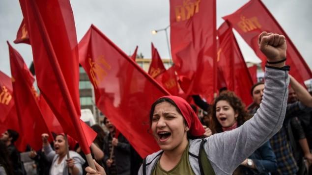 متظاهرون اتراك خلال مسيرة بمنسابة عيد العمال في اسطنبول، 1 مايو 2017 (OZAN KOSE / AFP)