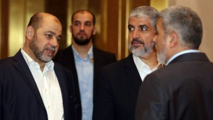 قائد حماس خالد مشعل يتحدث مع نائب قائد الحركة موسى ابو مرزوق قبل مؤتمر صحفي في الدوحة، 1 مايو 2017 (AFP PHOTO / KARIM JAAFAR)