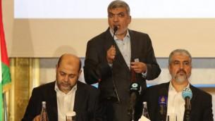 رئيس المكتب السياسي لحركة حماس خالد مشعل (من اليمين) خلال مؤتمر صحفي في العاصمة القطرية، الدوحة، 1 مايو، 2017. (AFP PHOTO / KARIM JAAFAR)