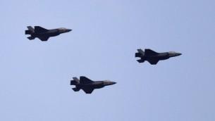 طائرات إسرائيلية من طراز 'اف-35' تحلق في سماء القدس خلال الإحتفالات بيوم الإستقلال ال69 لإسرائيل، 2 مايو، 2017. (AFP Photo/Thomas Coex)