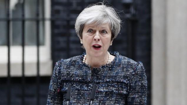 رئيسة الوزراء البريطانية تيريزا ماي امام مقر الحكومة في لندن، 3 مايو 2017 (ADRIAN DENNIS / AFP)