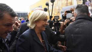 المرشحة اليمينية المتطرفة للانتخابات الرئاسية الفرنسية مارين لوبن في بلدة دول دي بريتاني الفرنسية، 4 مايو 2017 (DAMIEN MEYER / AFP)