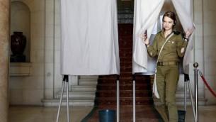 جندية اسرائيلية تصوت في القنصلية الفرنسية في القدس، خلال الدورة الثانية من الانتخابات الرئاسية الفرنسية، 7 مايو 2017 (AFP Photo/Thomas Coex)