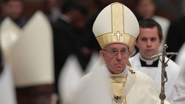 البابا فرنسيس خلال صلاة في كاتدرائية القديس بطرس في الفاتيكان، 7 مايو 2017 (AFP/Tiziana FABI)