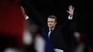 الرئيس الفرنسي المنتخب ايمانويل ماكرون يصل لتقديم خطاب في باحة اللوفر في باريس، 7 مايو 2017 (AFP PHOTO / Eric FEFERBERG)