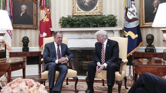 الرئيس الامريكي دونالد ترامب يتحدث مع وزير الخارجية الروسي سيرغي لافروف في البيت الابيض، في صورة وفرتها وزارة الخارجية الروسية في 10 مايو 2017 (HO / RUSSIAN FOREIGN MINISTRY / AFP)