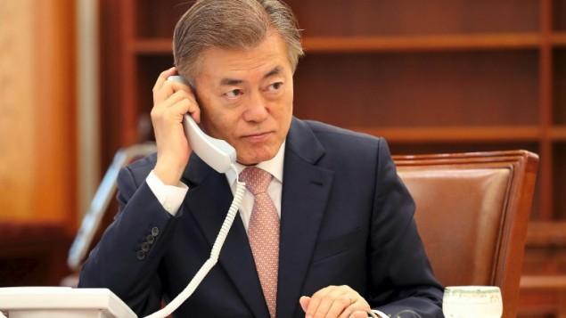 رئسيس كوريا الشمالية مون جاي-ان يجري مكالمة هاتفية مع رئيس الوزراء الصيني شينزو آبي في البيت الأزرق الرئاسي في سيول، 11 مايو، 2017. ( AFP PHOTO / YONHAP / str / REPUBLIC OF KOREA)