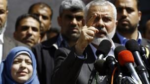 اسماعيل هنية، قائد حركة حماس، يعلن اعتقال القاتل المفترض لمازن فقهاء، الذي اغتيل في 24 مارس 2017، امام منزله في غزة (AFP PHOTO / MOHAMMED ABED)