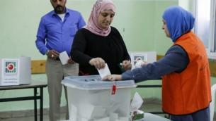 سيدة فلسطينية تدلي بصوتها خلال الإنتخابات المحلية في مدينة رام الله في الضفة الغربية، 13 مايو، 2017. (AFP PHOTO / ABBAS MOMANI)