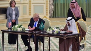 الرئيس الأمريكي دونالد ترامب، من اليسار، وملك السعودية سلمان بم عبد العزيز آل السعود يشاركان في مراسم التوقيع على اتفاق في الديوان الملكي السعودي في الرياض، 20 مايو، 2017. (AFP / MANDEL NGAN)