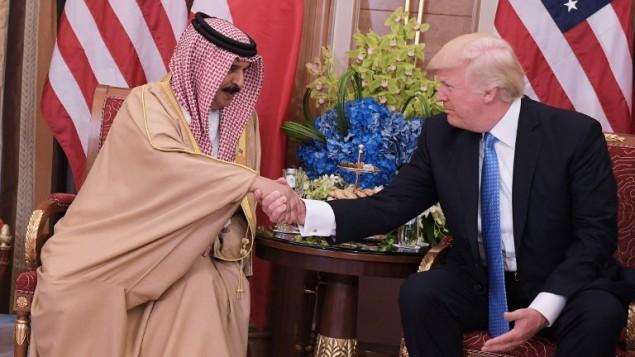 الرئيس الأمريكي دونالد ترامب (من اليمين) مع ملك البحرين حمد بن عيسى ال خليفة خلال لقاء ثنائي جمعهما في فندق في الرياض، 21 مايو، 2017.  (AFP PHOTO / Mandel NGAN)