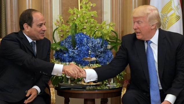 الرئيس الأمريكي دونالد ترامب (من اليمين) والرئيس المصري عبد الفتاح السيسي خلال اجتماع ثنائي جمعهما في فندق في الرياض، 21 مايو، 2017. (AFP PHOTO / MANDEL NGAN)