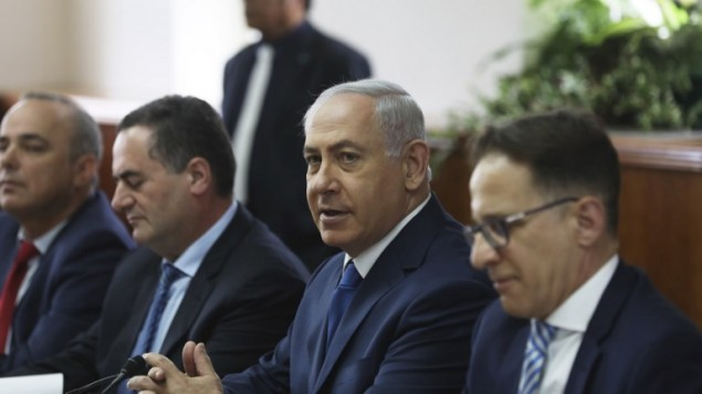 رئيس الوزراء بينيامين نتنياهو (الثاني من اليمين) يترأس الجلسة الأسبوعية للحكومة في ديوان رئيس الوزراء في القدس، 21 مايو، 2017.  (AFP Photo/Pool/Ronen Zvulun)