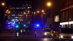 عناصر الشرطة في موقع انفجار في مانشستر في 23 مايو 2017 خلال حفل قُتل فيه 19 شخصا واصيب 50 (AFP / PAUL ELLIS)