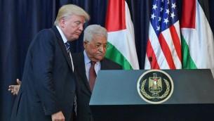 الرئيس الأمريكي دونالد ترامب (من اليسار) ورئيس السلطة الفلسطينية محمود عباس يغادران بعد مؤتمر صحفي مشترك في القصر الرئاسي في مدينة بيت لحم في الضفة الغربية، 23 مايو، 2017. (AFP/ MANDEL NGAN)