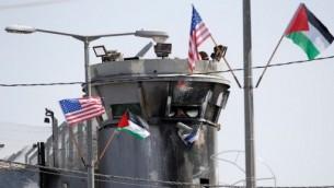 اعلام اميركية وفلسطينية ترفرف امام برج مراقبة اسرائيلي عند حاجز في بيت لحم في 23 ايار / مايو 2017 خلال زيارة الرئيس الاميركي الى مدينة الضفة الغربية.