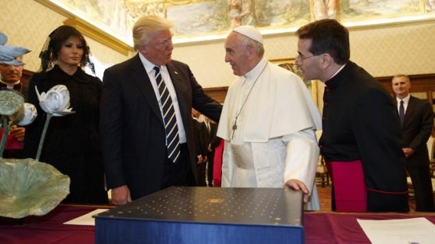 البابا فرنسيس (الثاني من اليمين) يتبادل الهدايا مع الرئيس الأمريكي دونالد ترامب (الثاني من اليسار) والسيدة الأولى ميلانيا ترامب خلال لقاء جمعهم في الفاتيكان، 24 مايو، 2017. (AFP PHOTO / POOL / Evan Vucci)