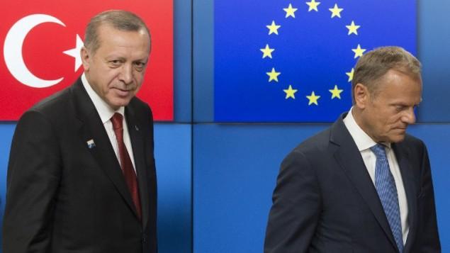 الرئيس التركي رجب طيب اردوغان ورئيس المجلس الاوروبي دونالد توسك قبل قمة حلف شمال الاطلسي في بروكسل، 25 مايو 2017 (OLIVIER HOSLET / POOL / AFP)