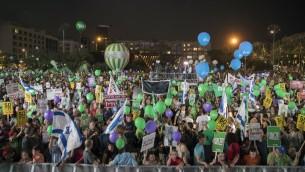 """المشاركون في المظاهرة من أجل السلام تحت شعار """"دولتين - أمل واحد""""، في 27 مايو، 2017 في ميدان رابين في مدينة تل أببيب. (AFP PHOTO / JACK GUEZ)"""