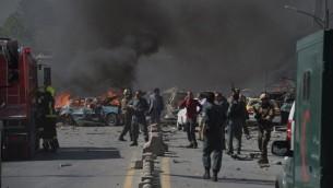 قوات الامن الافغانية تصل موقع تفجير شاحنة مفخخة في الحي الدبلوماسي في كابول، 31 مايو 2017 (SHAH MARAI / AFP)