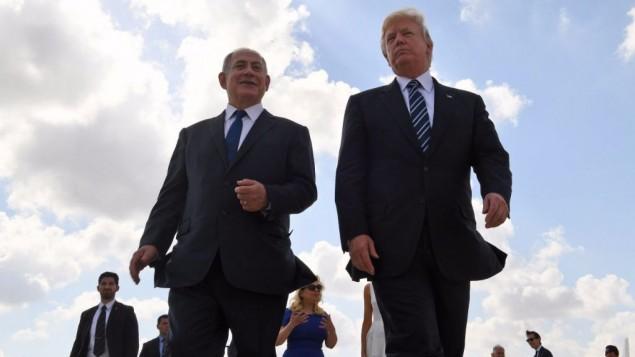 الرئيس الأمريكي دونالد ترامب ورئيس الوزراء بينيامين نتنياهو في مطار بن غوريون، 23 مايو، 2017، في ختام زيارة ترامب إلى إسرائيل.  (Coby Gideon / GPO)