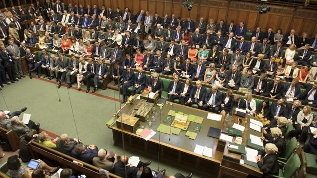 رئيسة الوزراء البريطانية تيريزا ماي تجيب على أسئلة في البرلمان، 20 يوليو، 2016. (UK Parliament/Jessica Taylor)
