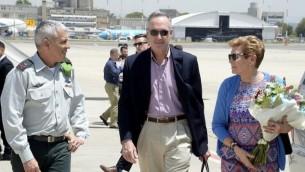 رئيس هيئة الأركان المشتركة الأميركية جوزيف دانفورد، وسط الصورة، وزوجته إيلين، من يمين الصورة،  خلال وصولهما إلى مطار بن غوريون الدولي حيث كان في إستقبالهما الملحق العسكري الإسرائيلي لدى الولايات المتحدة، الميجر جنرال ميكي إدلشتين، 8 مايو، 2017. (US Embassy/Twitter)