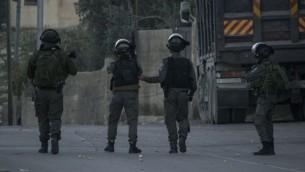 شرطة الحدود في موقع هجوم طعن بالقرب من بلدة ابو ديس في القدس الشرقية، 10 نوفمبر 2015 (Israel Police)
