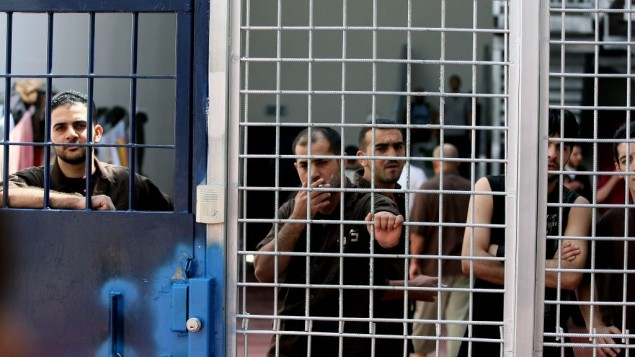 صورة توضيحية: أسرى أمنيون في سجون عوفر القريب من رام الله، 20 أغسطس، 2008. (Moshe Shai/Flash90)