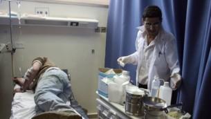 صورة للتوضيح: رجل يتلقي العلاج في مستشفى فلسطيني في رام الله، 178 مارس، 2011. (Issam Rimawi/Flash90)