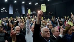 أعضاء اللجنة المركزية لحزب 'الليكود' يصوتون خلال تجمع للجنة المركزية في تل أبيب، 2013. (Yossi Zeliger/Flash90)