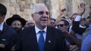 رؤوفين ريفلين خلال زيارة إلى الحائط الغربي بعد فوزه بالرئاسة، يونيو 2014. (Yonatan Sindel/Flash90)