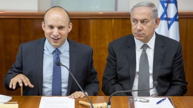 رئيس الوزراء بينيامين نتنياهو، من اليمين، وإلى جانبه وزير التعليم نفتالي بينيت خلال الجلسة الأسبوعية للحكومة في القدس، 30 أغسطس، 2016. (Emil Salman/POOL)