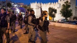 صورة توضيحية: حرس الحدود امام باب العامود بعد اشتباكات مع متظاهرين فلسطينيين، 24 ابريل 2017 (Noah Park/Flash90)